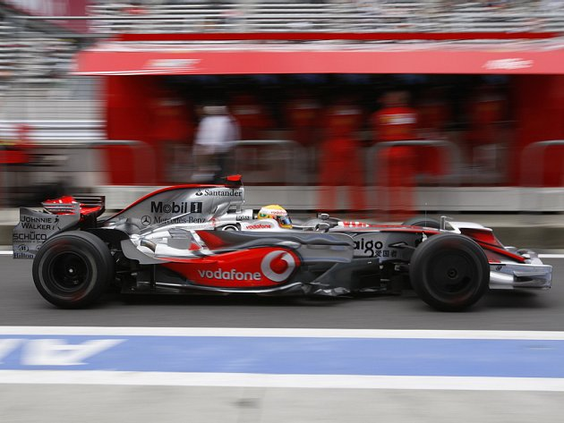 Lewis Hamilton v McLarenu projíždí boxy ve Fudži.