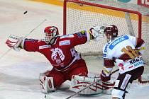 Martin Vojtek v brance Třince kryje střelu Kratěny.