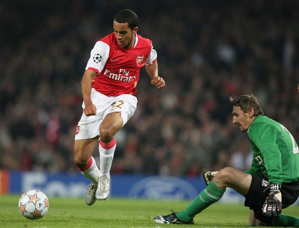 Liga mistrů: Arsenal versus Slavia (na snímku Theo Walcott a jeho zakončení přes Martina Vaniaka)