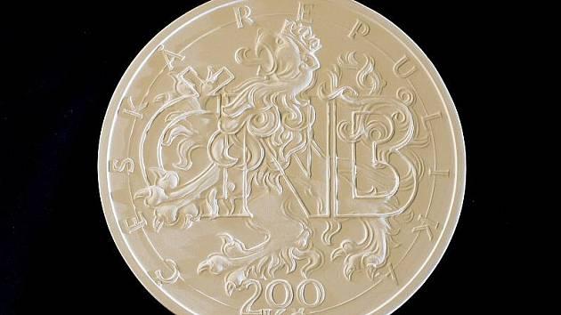 Česká národní banka představila 7. listopadu v Praze novinářům sádrové návrhy grafického ztvárnění pamětní stříbrné mince k výročí 20 let ČNB a české měny. Na snímku jeden z návrhů.