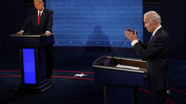 Zleva prezident Donald Trump a kandidát demokratů na amerického prezidenta Joe Biden v předvolební debatě.