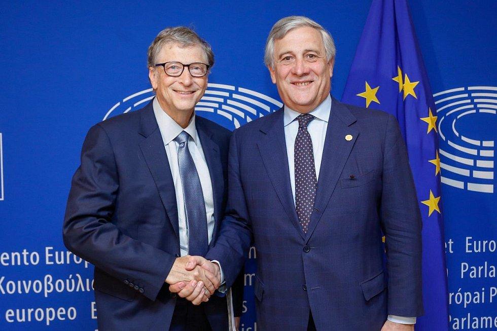 Miliardář Bill Gates a předseda Evropského parlamentu Antonio Tajani
