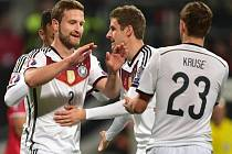 Fotbalisté Německa se radují z gólu proti Gibraltaru.