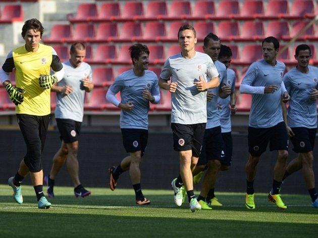 Fotbalisté Sparty v čele s Davidem Lafatou (uprostřed) na tréninku před utkáním se švédským Häckenem.