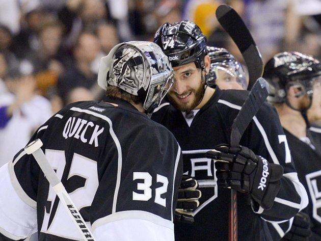 Hokejisté Los Angeles Jonathan Quick (vlevo) a Dwight King se radují z vítězství.