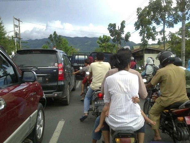 Indonésané po otřesech hromadně opouštěli pobřeží