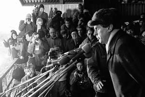 Manifestace Pražanů na Letenské pláni v Praze. Prognostik Miloš Zeman seznamuje účastníky manifestace s vybranými fakty o naší společnosti v mezinárodním srovnání.
