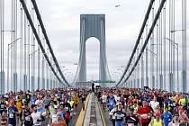 Účastníci Newyorského maratonu na Verrazano-Narrows Bridge.