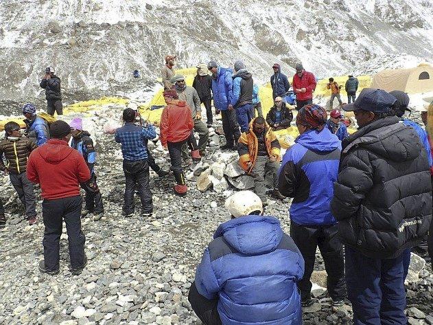 Základní tábor na Mount Everestu. Zranění čekají na helikoptéru, která je dopraví k lékaři.