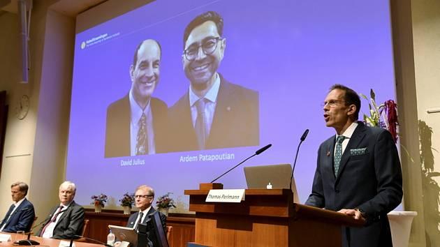 Tajemník Nobelova výboru na Karolínském institutu Thomas Perlmann oznamuje laureáty Nobelovy cenyza fyziologii a lékařství za rok 2021. Dostanou ji společně dva američtí molekulární biologové David Julius a Ardem Patapoutian