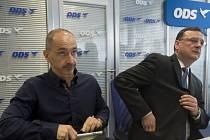 Místopředseda ODS Martin Kuba (vlevo) a odstupující premiér Petr Nečas (vpravo) před jednáním výkonné rady ODS, na které by měl Nečas rezignovat i na funkci předsedy občanských demokratů.