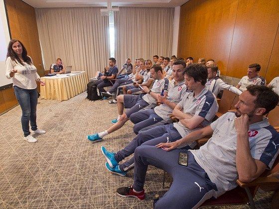 Reprezentanti absolvovali seminář o výkladu pravidel rozhodčích. Vlevo je členka komise rozhodčích UEFA Dagmar Damková.