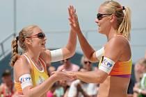 Plážové volejbalistky Markéta Sluková (vpravo) a Kristýna Kolocová.