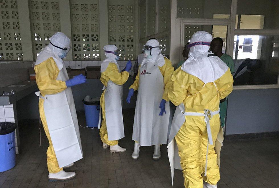 Tým zdravotníků z organizace Lékaři bez hranic se v konžské nemocnici připravuje na ošetřování pacientů s ebolou