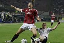 Zlatan Ibrahimovic z AC Milán (vlevo) a David Limberský z Plzně.
