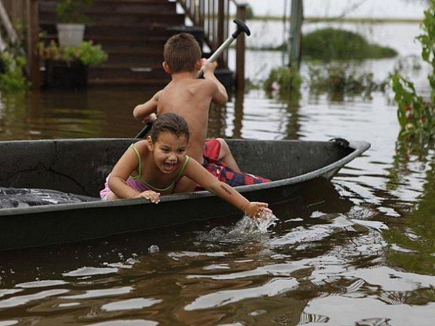 Voda zatím zaplavila některé ulice v níže položených částech New Orleansu, čerpadla však vodu odvádí do jezera.