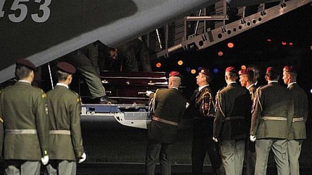 V noci přistálo na vojenském letišti v pražských Kbelích letadlo s těly českých hokejových reprezentantů, kteří zahynuli při středeční letecké havárii v ruské Jaroslavli.