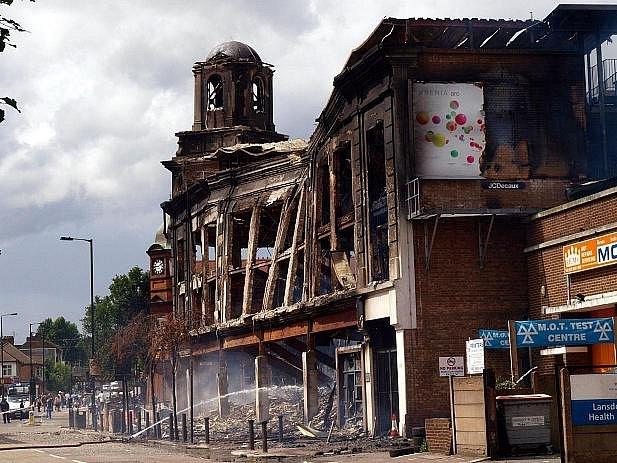 Násilí v noci na neděli propuklo v ulicích londýnské přistěhovalecké čtvrti Tottenham v reakci na čtvrteční incident, kdy tu policie v přestřelce za nejasných okolností zabila devětadvacetiletého muže.