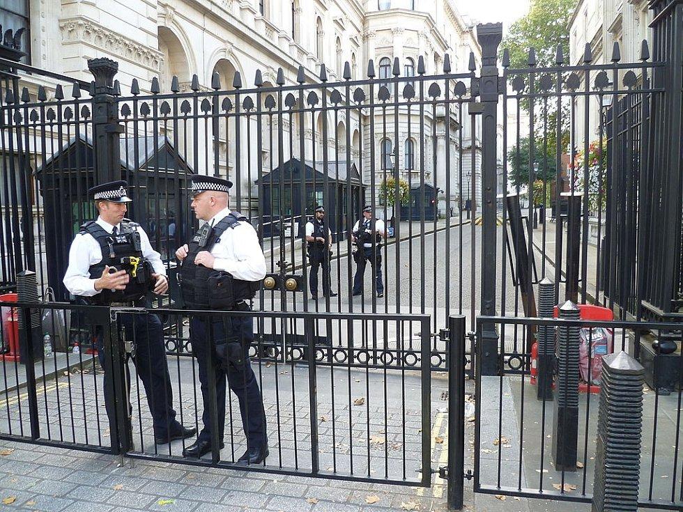 Bezpečnostní rámy instalované na Downing Street v roce 1989 po sérii bombových útoků IRA