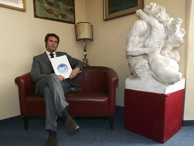 Emanuele Filiberto Savojský s logem své strany Hodnoty a budoucnost.