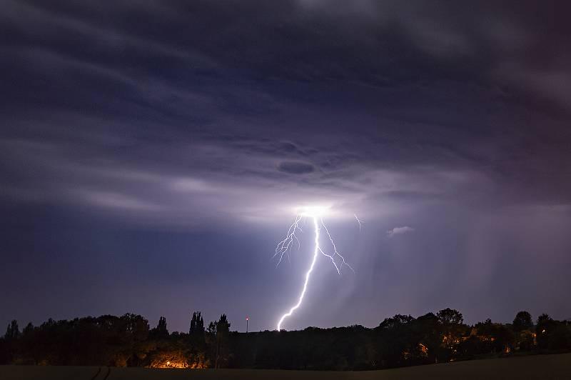 Lovec bouřek Filip Petržílek fotografuje za extrémního počasí nejen blesky. Snímek z 21. 7. 2019.
