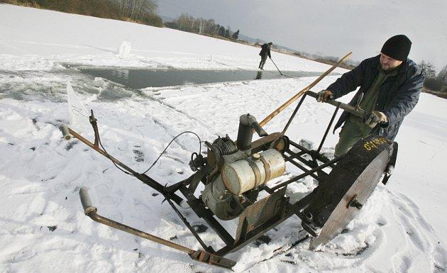 Prořezávání prohlubní na rybníce u Zlivi.