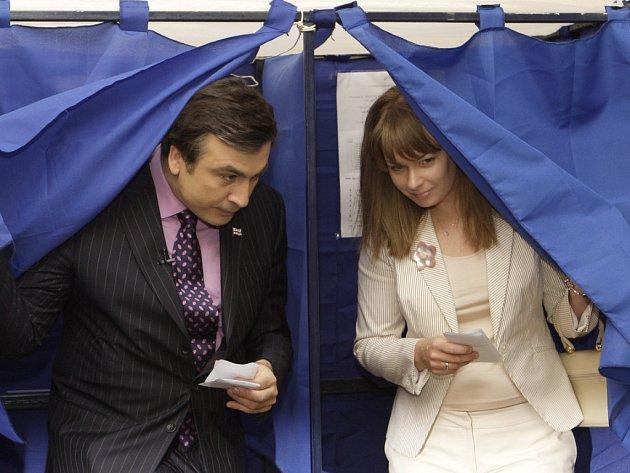 Gruzínský prezident Saakašvili a jeho žena Sandra vycházejí z volební kabinky.