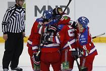 Hokejisté Lva Praha se radují z gólu proti Magnitogorsku.