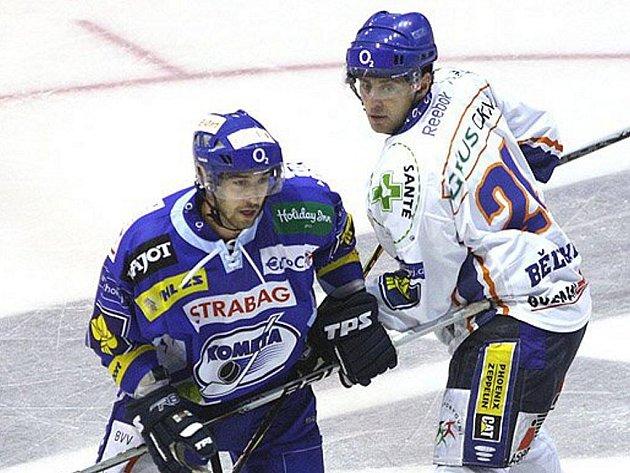 Hokejový útočník Komety Brno Jakub Šindel (vlevo)