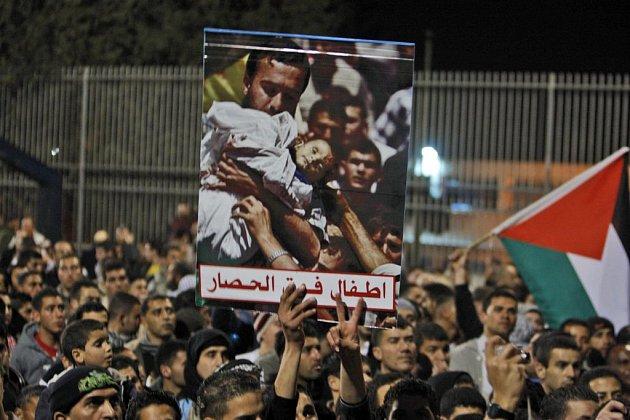 Izraelští Arabové v úterý v pohraničním městě Umm al-Fahm protestovali proti pokračujícím útokům Izraelcům na pásmo Gazy, které si jen o minulém víkendu vyžádaly přes sto obětí.