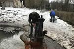 Prameny jsou oblíbené. Osvěžují se u nich výletníci, místní stáčejí vodu po litrech.