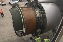 Letadlo, kterému upadl kryt motoru.