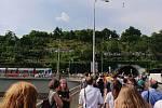 Davy lidí míří na demonstraci na Letenské náměstí