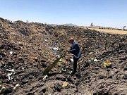 Ředitel Ethiopian Airlines Tewolde Gebremariam si prohlíží trosky spadlého letounu v Adis Abebě