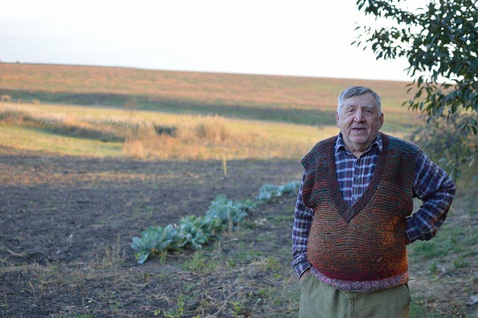 Pan Rudolf z Ukrajiny má díky české pomoci opravenou střechu, která byla zničena během konfliktu.