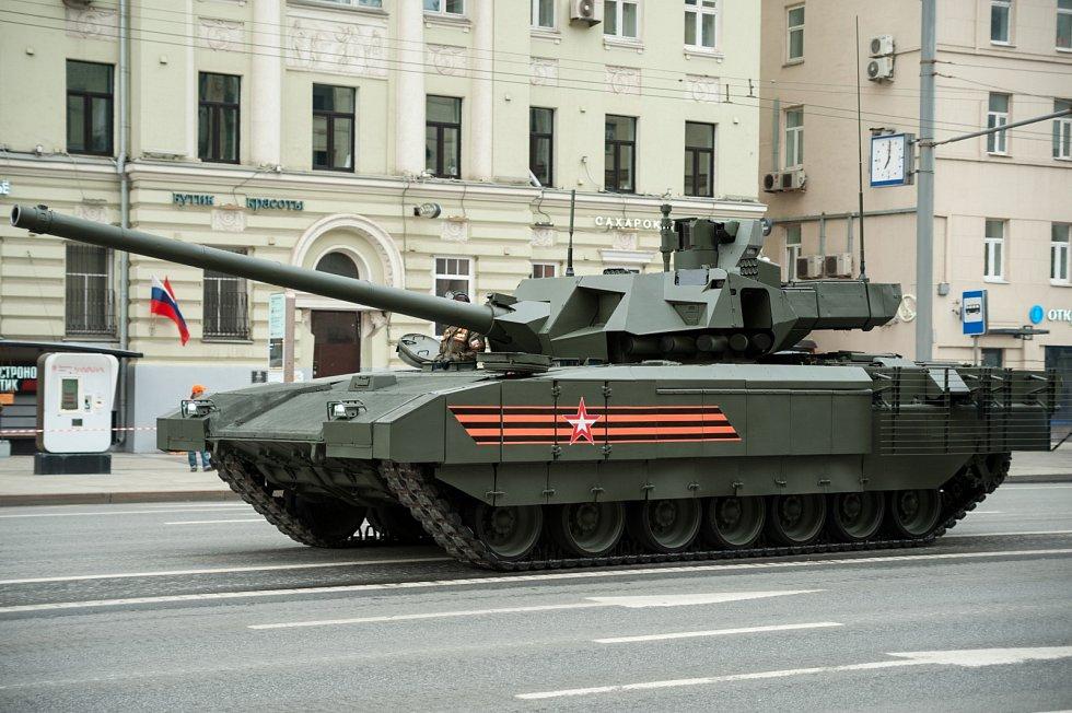 Moderní tank T-14 Armata je teprve na počátku výrobního cyklu. Jeho produkci zbrzdily mezinárodní sankce uvalené na Rusko po anexi Krymu, které zastavily import nezbytné elektroniky ze západních zemí.