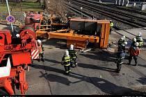 Nehoda bagru s rychlíkem komplikovala dopravu v Praze-Chuchli