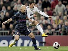 Cristiano Ronaldo se tlačí přes Crisa.