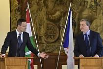 Martin Stropnický (vpravo) a maďarský ministr zahraničí a obchodu Péter Szijjárt.