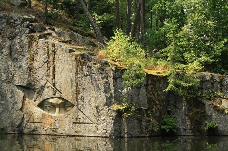 Památník odposlechu vznikl v zatopených žulových lomech v letech 2005 až 2007.