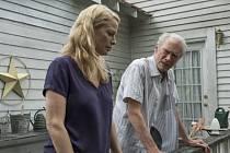 Pašerák. Clint Eastwood (s dcerou Alison Eastwoodovou) se loučí. Hořkým kusem o korejském veteránovi, jenž se zaplete do drogových kšeftů. Žhavá americká současnost?