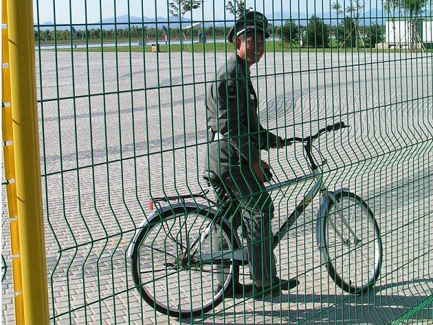 Armáda hlídá Peking. Na olympijská sportoviště mimo oficiální termíny neproklouzne ani myš.