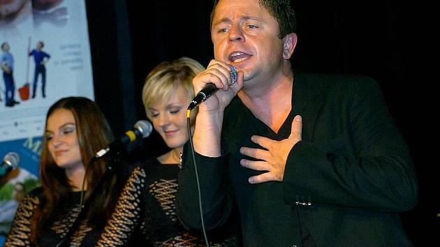 24. května 2010 zemřel ve věku 45 let zpěvák Petr Muk. Úmrtí umělce, jenž se dlouhodobě léčil s těžkými depresemi, prošetřovala policie, která došla k závěru, že šlo o nešťastnou náhodu. V tisku se ale spekulovalo i o předávkování léky.