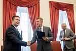 Andrej Babiš a Jan Hamáček podepsali 10. července koaliční smlouvy o spoluprací ANO a ČSSD ve vládě.