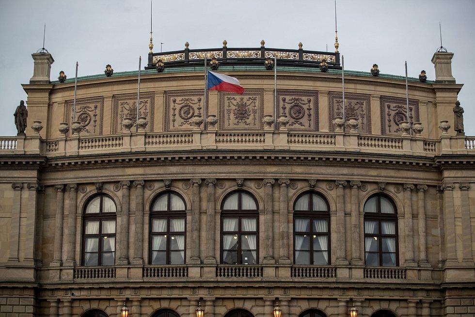 Hosté přicházeli 3. února k pražskému Rudolfinu na pietní shromáždění k uctění památky zesnulého předsedy Senátu Jaroslava Kubery.