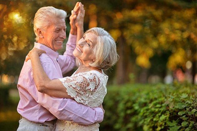 Nalezená láska i v pokročilém věku je naprosto v pořádku. A jen hlupák by to odsuzoval.