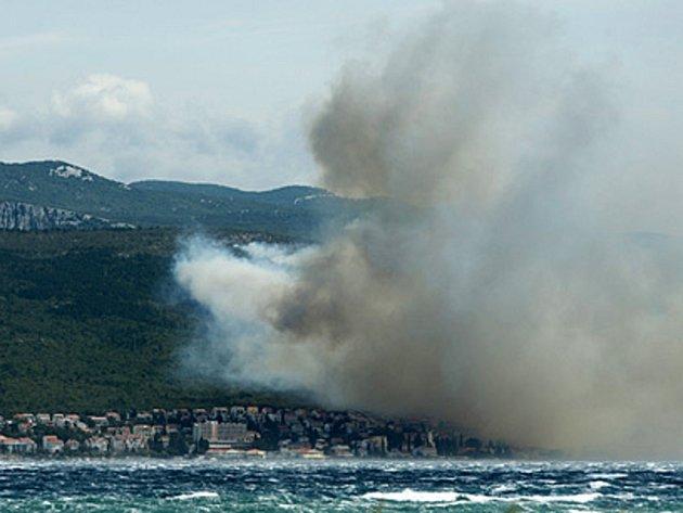 Kvůli lesnímu požáru muselo dnes opustit asi 1400 turistů kempy v chorvatském letovisku Selce nedaleko Rijeky.