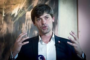 Lékař Marek Hilšer vystoupil 19. června 2018 v Praze na tiskové konferenci ke své kandidatuře do Senátu