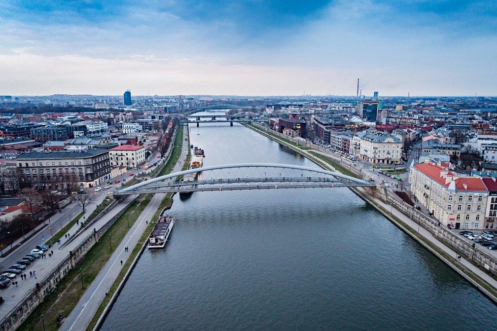 Letecký pohled na most přes řeku Vislu v Krakově.