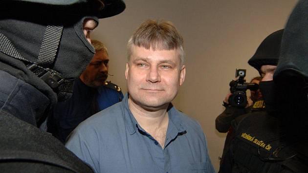 Jiří Kajínek, kterého soud v roce 1998 poslal na doživotí do vězení za dvojnásobnou vraždu, se ani v pondělí nedočkal nového soudu. Krajský soud v Plzni totiž opět zamítl jeho žádost o obnovu řízení procesu.